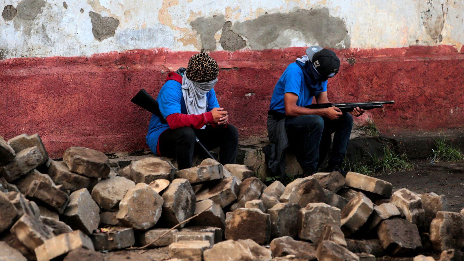 Foto: Paramilitares que apoyan a Daniel Ortega se sientan en una barricada de Monimbo, en Masaya. (Reuters)