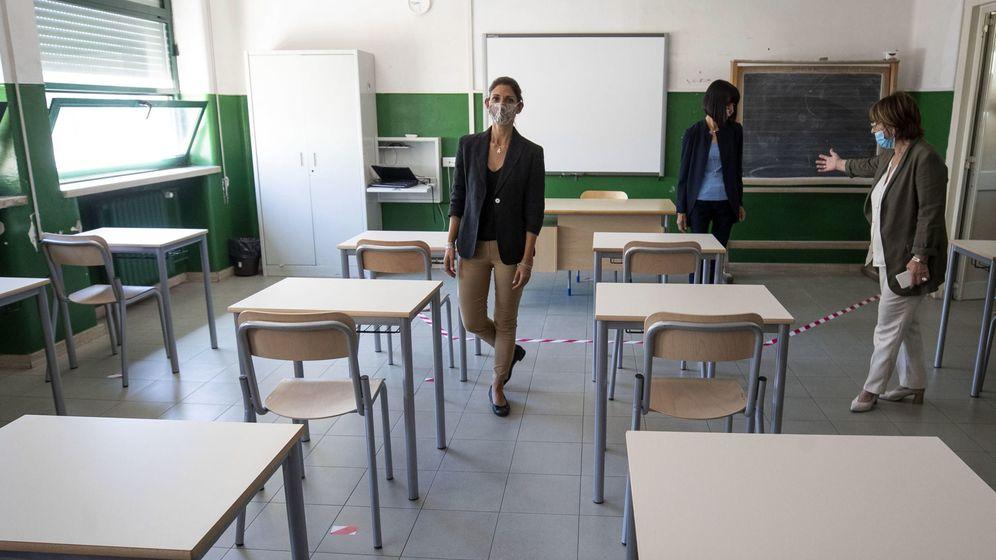 Foto: La alcaldesa de Roma, Virginia Raggi, visita una escuela. (EFE)