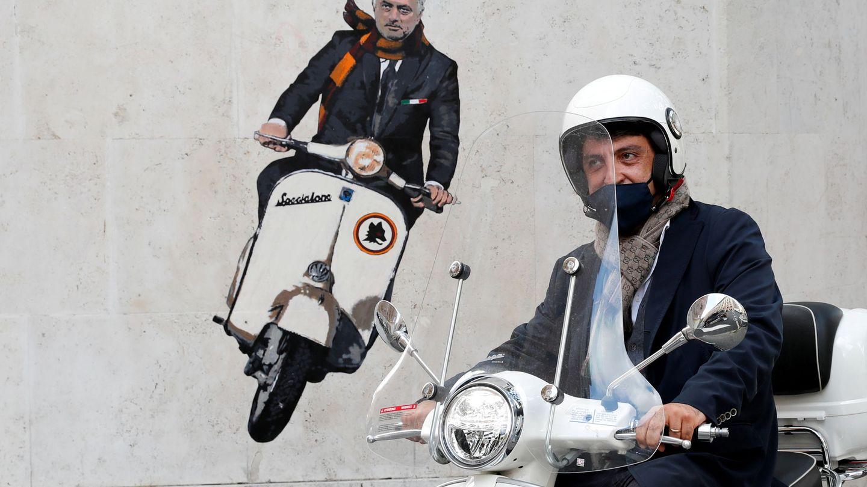 Mural pintado en Roma en favor a Mourinho. (Reuters)