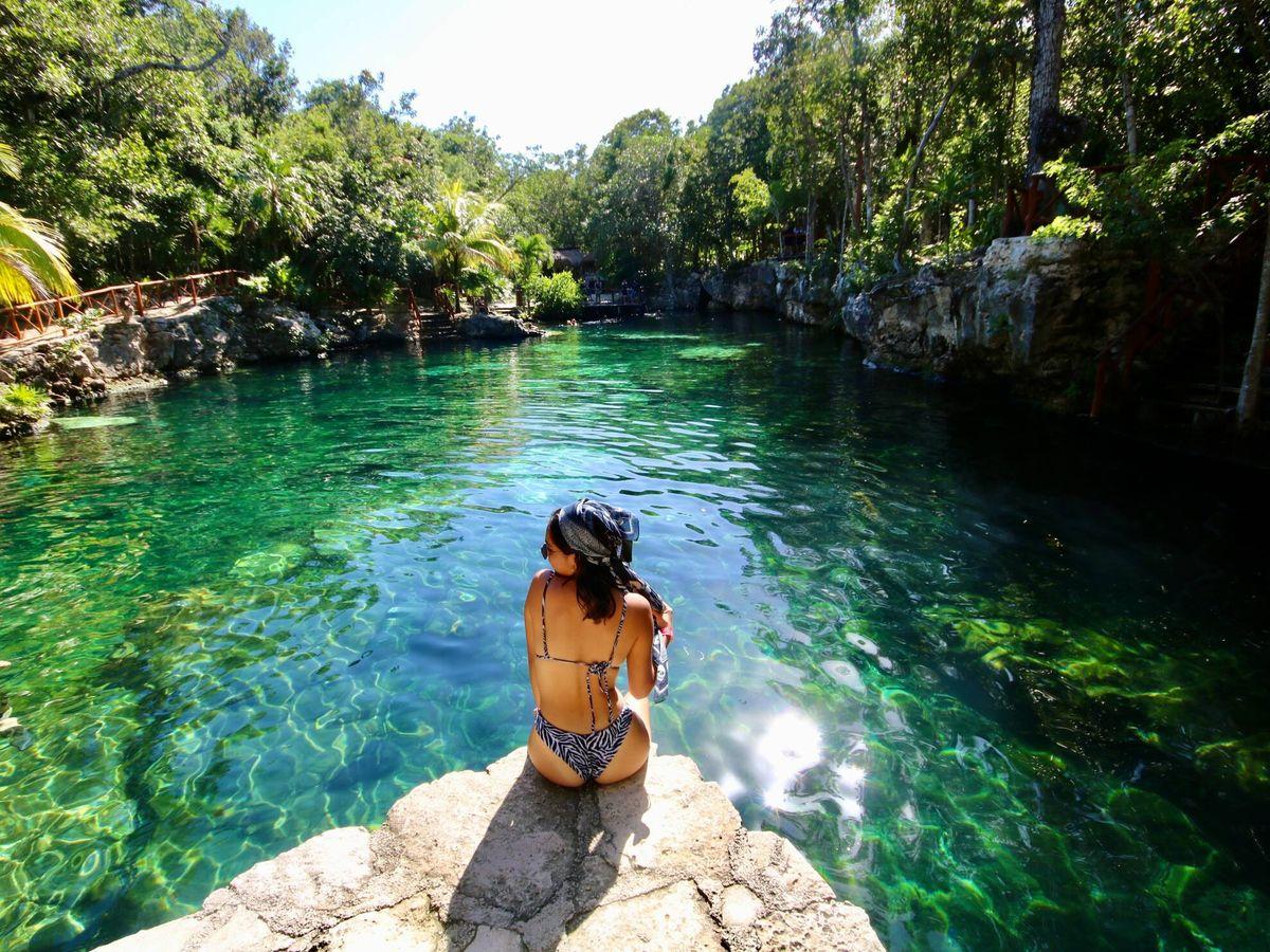 Foto: Una chica posa en el parque natural Cenotes Casa Tortuga de Tulum (Unsplash)