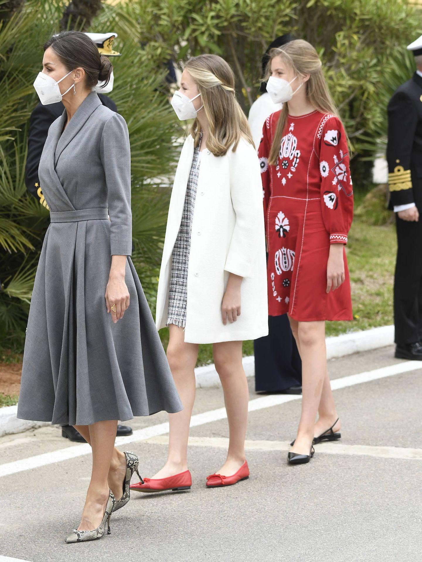 La Reina, con sus hijas. (LP)
