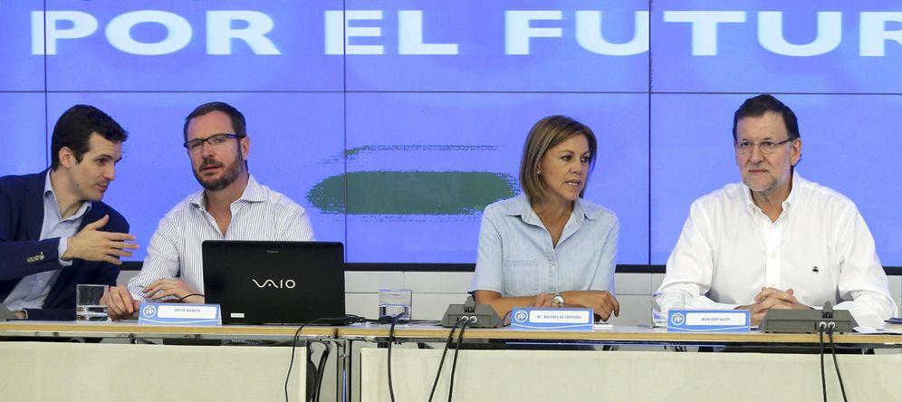 Foto: El presidente del Gobierno y del PP, Mariano Rajoy (d), la secretaria general, María Dolores Cospedal y los vicesecretarios de Comunicación, Pablo Casado (i); y Sectorial, Javier Maroto (2i). (EFE)