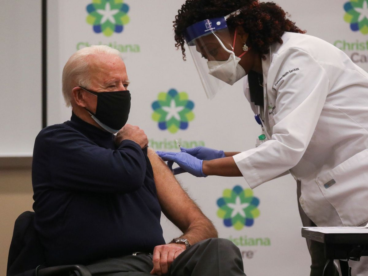 Foto: El presidente electo de EEUU, Joe Biden recibe la vacuna del covid en público. (Reuters)