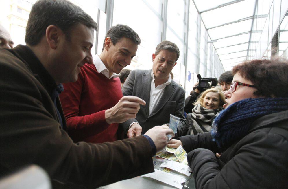 Foto: Pedro Sánchez, con el secretario general del PSdeG, José Ramón Gómez Besteiro, durante su visita este 10 de marzo en A Coruña. (EFE)
