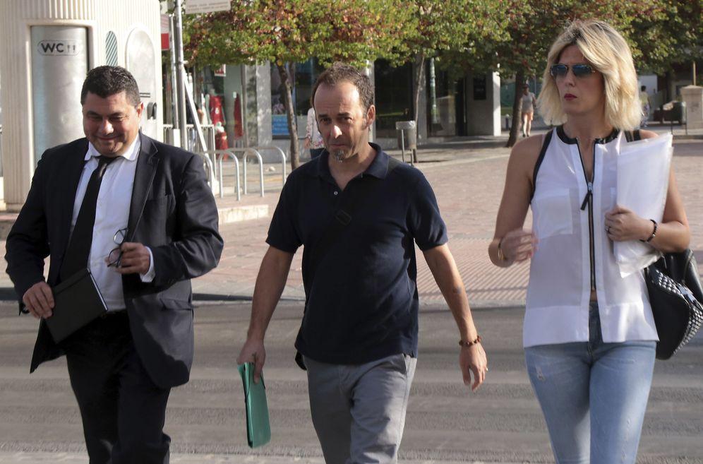 Foto: Francesco Arcuri (c), expareja de Juana Rivas, acompañado de sus abogados. (EFE)