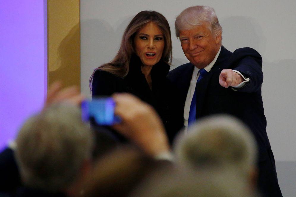 Foto: Donald Trump presenta a su esposa, Melania, antes de dirigirse a los presentes en un almuerzo, en Washington, el 19 de enero de 2017. (Reuters)