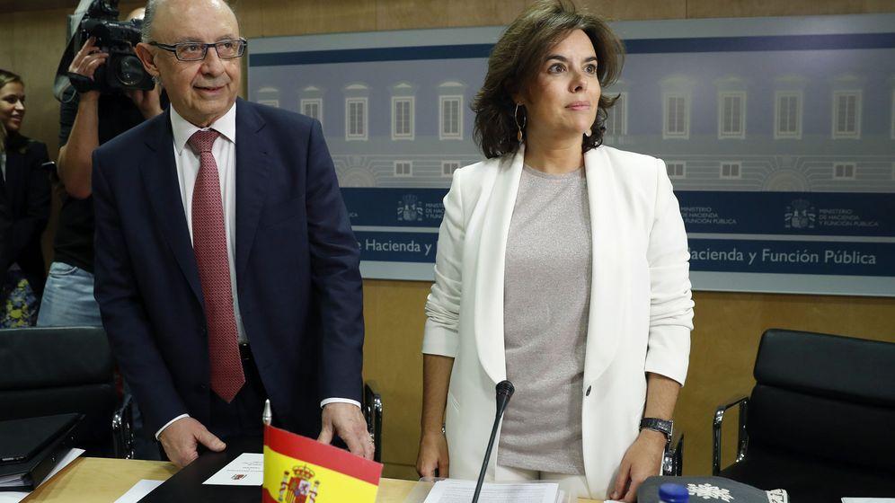 Foto: Cristóbal Montoro y Soraya Sáenz de Santamaría en el CPFF (Efe)