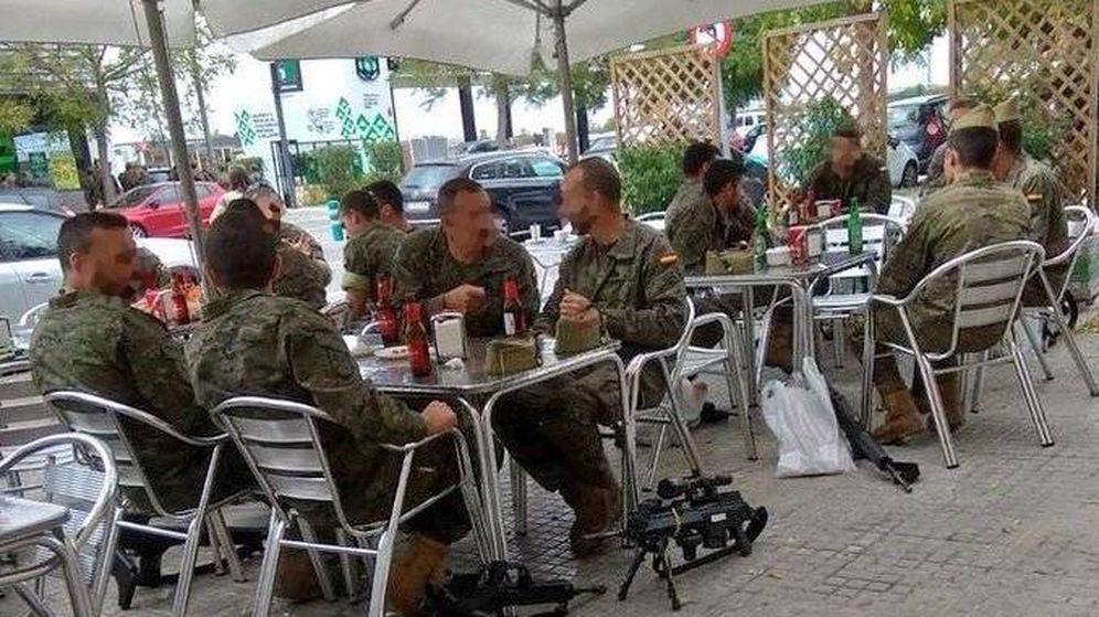 Foto: Un grupo de legionarios toma cervezas con sus armas en el suelo.