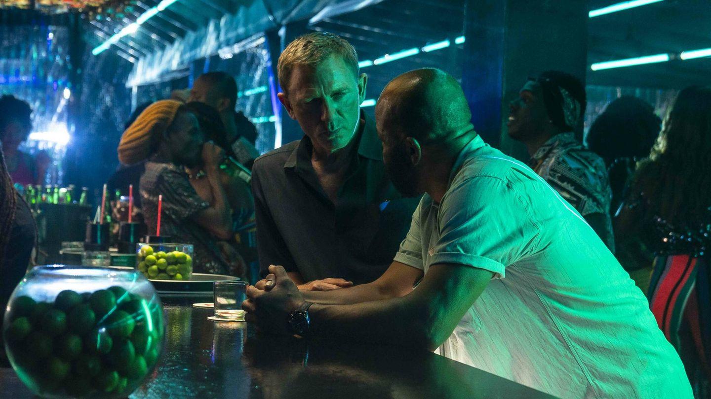 Daniel Craig y Jeffrey Wright, en Jamaica en 'Sin tiempo para morir'. (Universal)