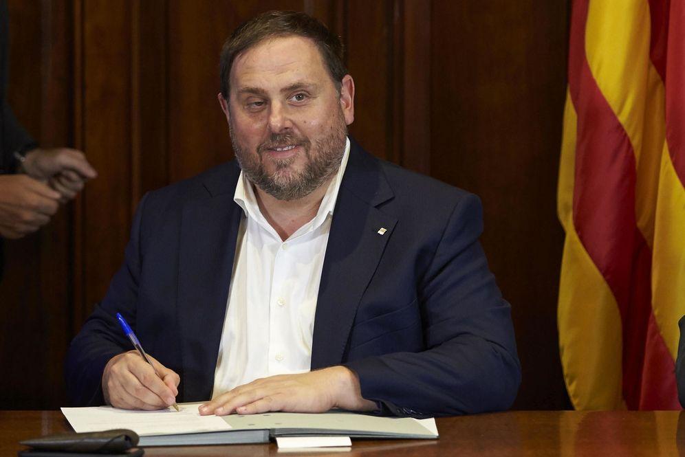 Foto:  El vicepresidente Oriol Junqueras firma la convocatoria de referéndum. (EFE)