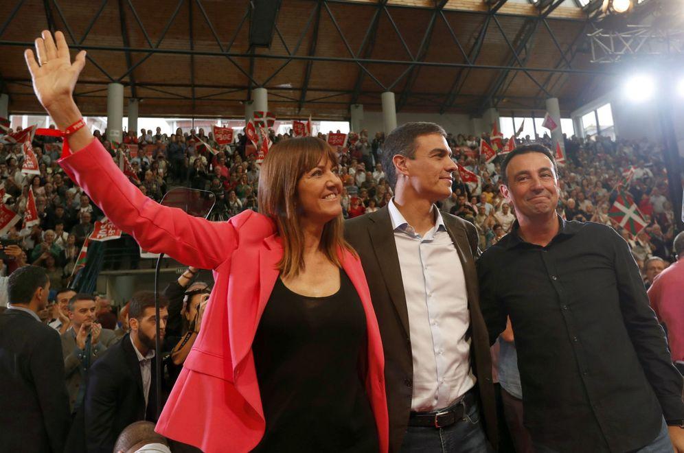 Foto: Pedro Sánchez, con la líder del PSE, Idoia Mendia, y el alcalde de Portugalete, Mikel Torres, este 6 de octubre en Barakaldo. (EFE)