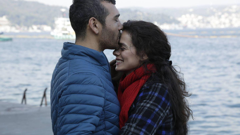 Sarp, con su mujer Bahar. (Atresmedia)