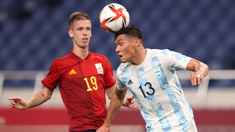 Marcelo Herrera despeja en presencia de Dani Olmo. (Reuters)
