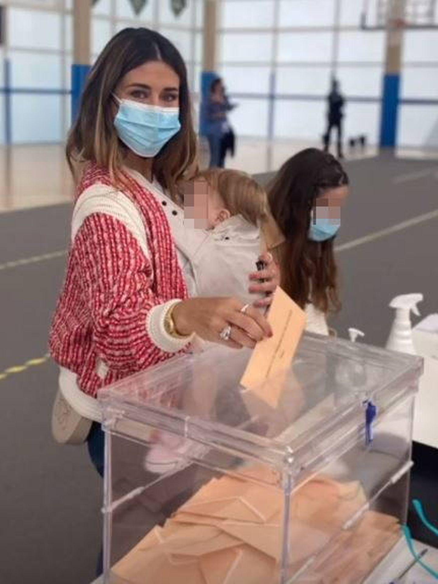 Elena Tablada, votando después de comer. (Redes)