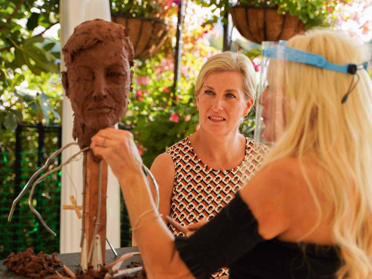 Foto: Frances Segelman, esculpiendo a Sophie de Wessex. (Cortesía)
