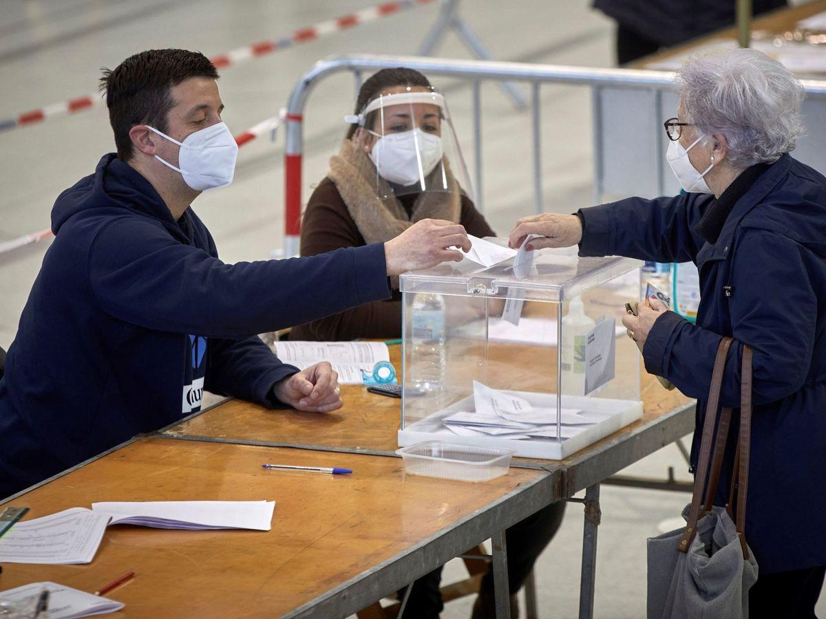 Foto: Una mujer vota en un polideportivo. (EFE)