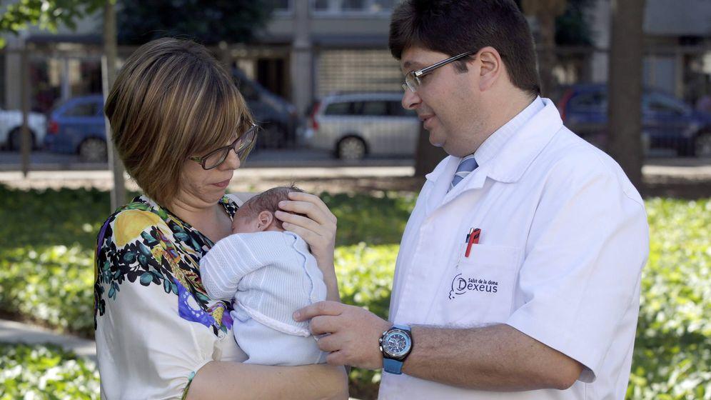 Foto: Vanessa Pastor, una mujer que padecía un cáncer de ovarios que ponía en riesgo su capacidad reproductiva, posa con su hijo Mario, el primer bebé nacido en España fruto de la vitrificación de ovocitos. (EFE)