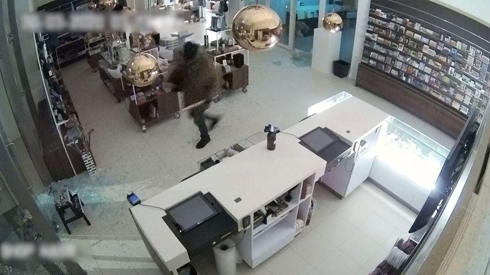 Foto: El ladrón se llevó el cuadro enrollado en su mano (Reuters)