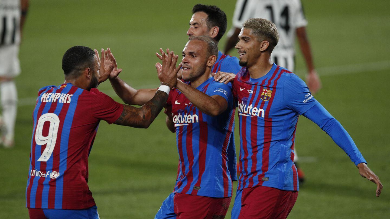 Los jugadores del Barça abrazan al neerlandés. (Reuters)