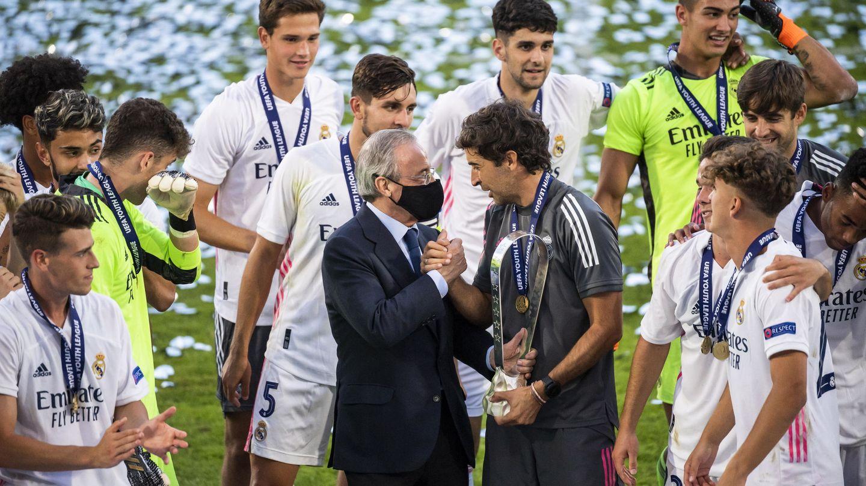 Florentino Pérez felicita a Raúl, con los canteranos presentes, en la final de la Youth League. (Efe)