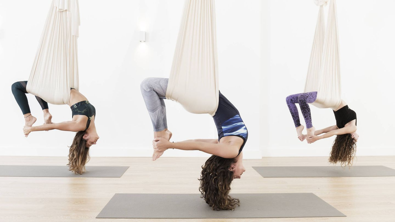 Ejemplo de clase de yoga aéreo. (iStock)