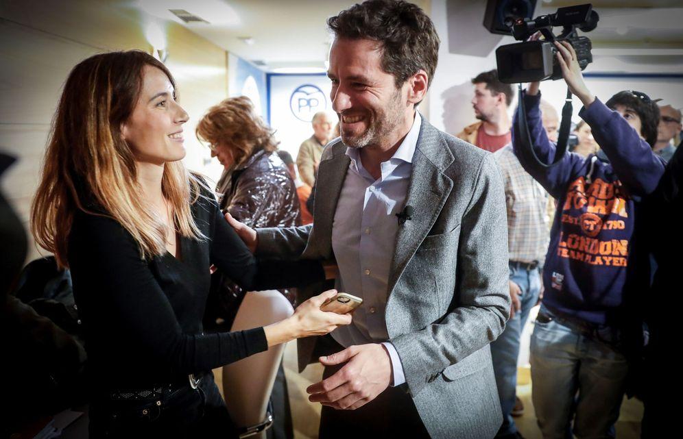 Foto: Sémper, junto a su pareja, Bárbara Goenaga, en la sede del PP durante su comparecencia de este martes. (EFE)