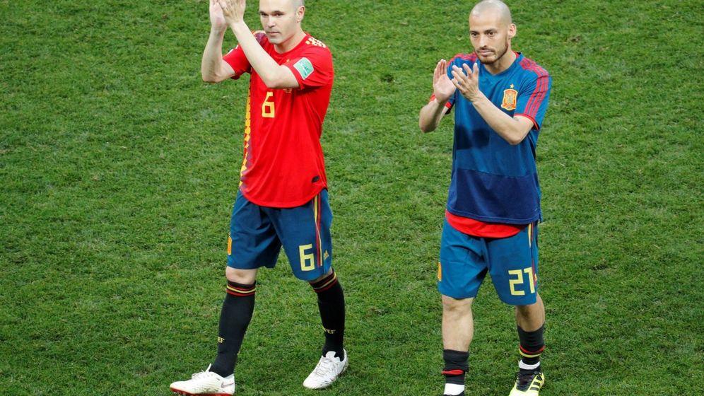 Foto: Iniesta y Silva se despiden del estadio Luzhniki. (EFE)