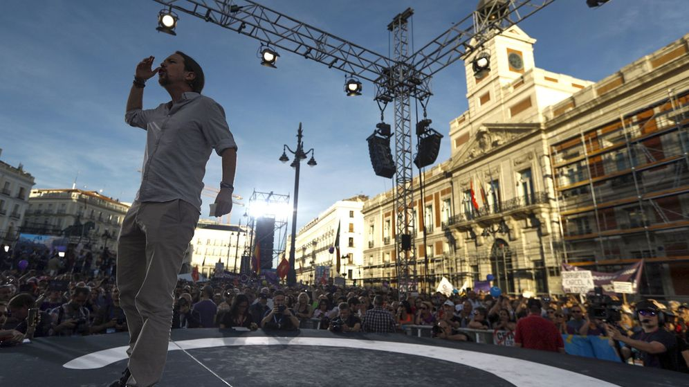 Foto: El líder de Podemos, Pablo Iglesias, interviene, en la Puerta del Sol de Madrid, en la concentración convocada en favor de las mociones de censura. (EFE)