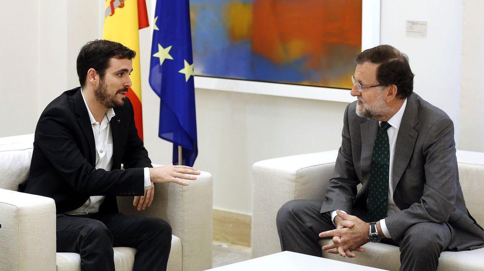 Foto: Alberto Garzón y Mariano Rajoy, durante su entrevista en el palacio de La Moncloa, este 2 de noviembre. (EFE)