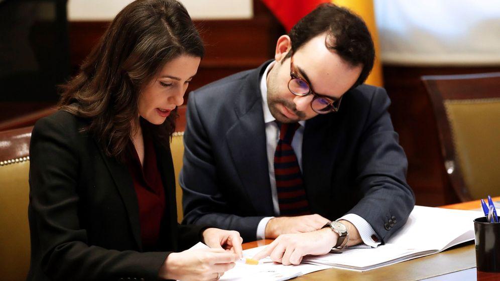 Foto: Inés Arrimadas recoge el acta de diputada en el Congreso. (EFE)