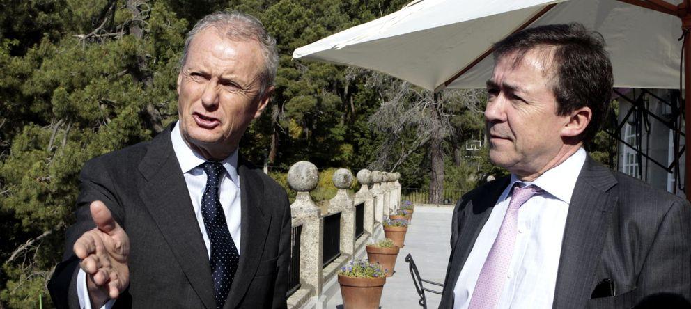 Foto: José Carrillo junto al ministro Pedro Morenés en uno de los cursos de verano de El Escorial (EFE).