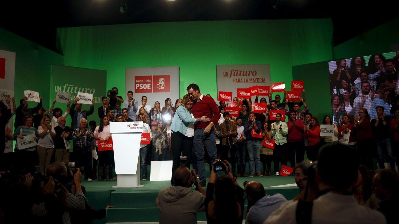 Foto: Pedro Sánchez y Susana Díaz se abrazan durante el último mitin de campaña que dieron juntos, en Torremolinos, Málaga, el pasado 17 de diciembre. (Reuters)