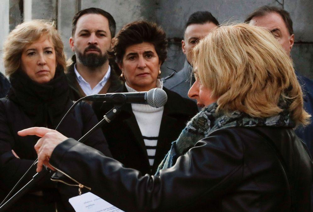 Foto: Ordóñez interviene en el acto ante la mirada de María San Gil, Ana Iribar y Santiago Abascal. (EFE)