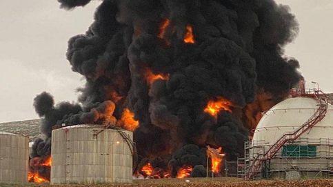 Un rayo provoca un incendio al caer en un tanque de Repsol en Puertollano
