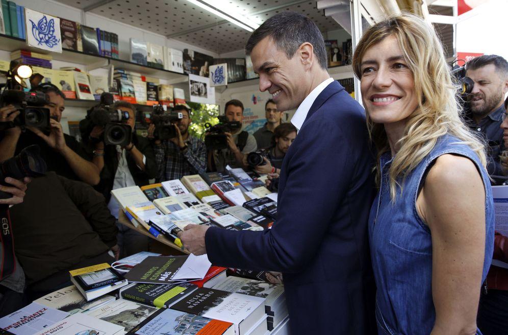 Foto: Pedro Sánchez visita la Feria del Libro de Madrid con su mujer, Begoña Gómez, este 31 de mayo. (EFE)