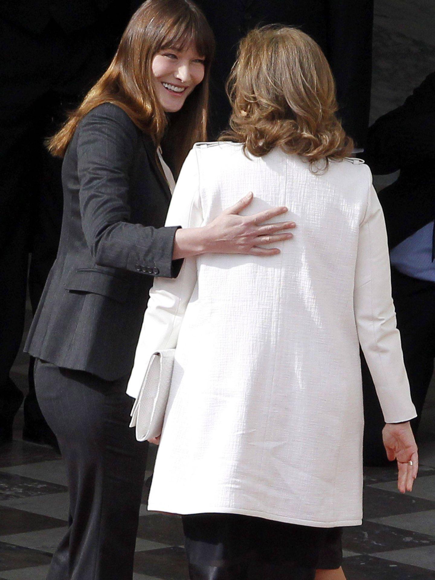 Carla Bruni Sarkozy y Valérie Trierweiler. (EFE)