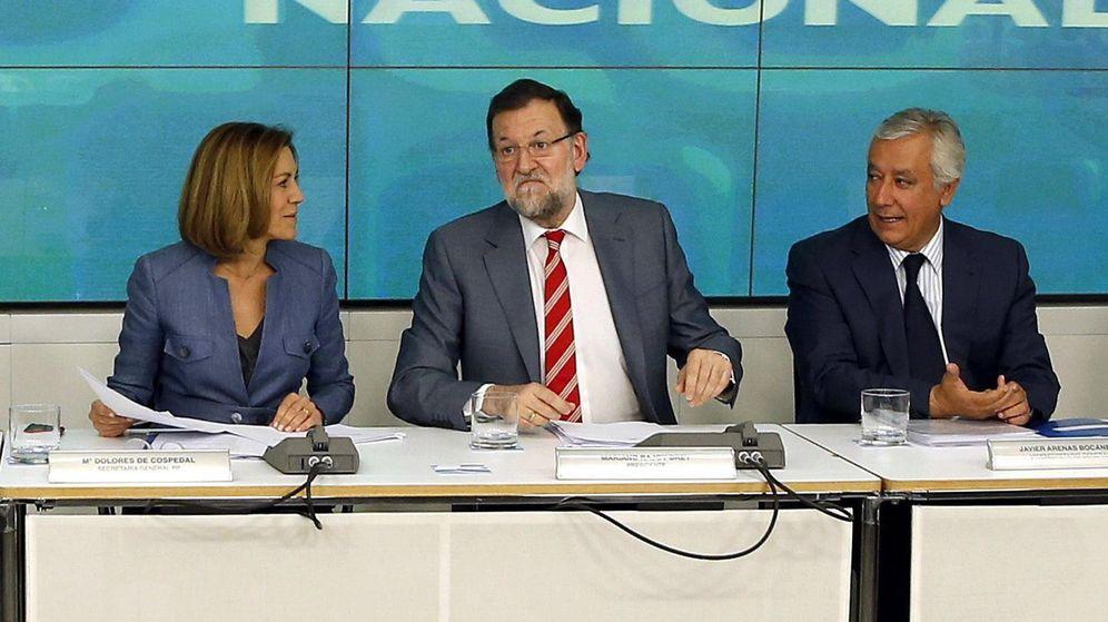 Foto:  El presidente del Gobierno y del PP, Mariano Rajoy (c), junto a la secretaria general, María Dolores de Cospedal (i), y el vicesecretario de Política Territorial, Javier Arenas. (EFE)