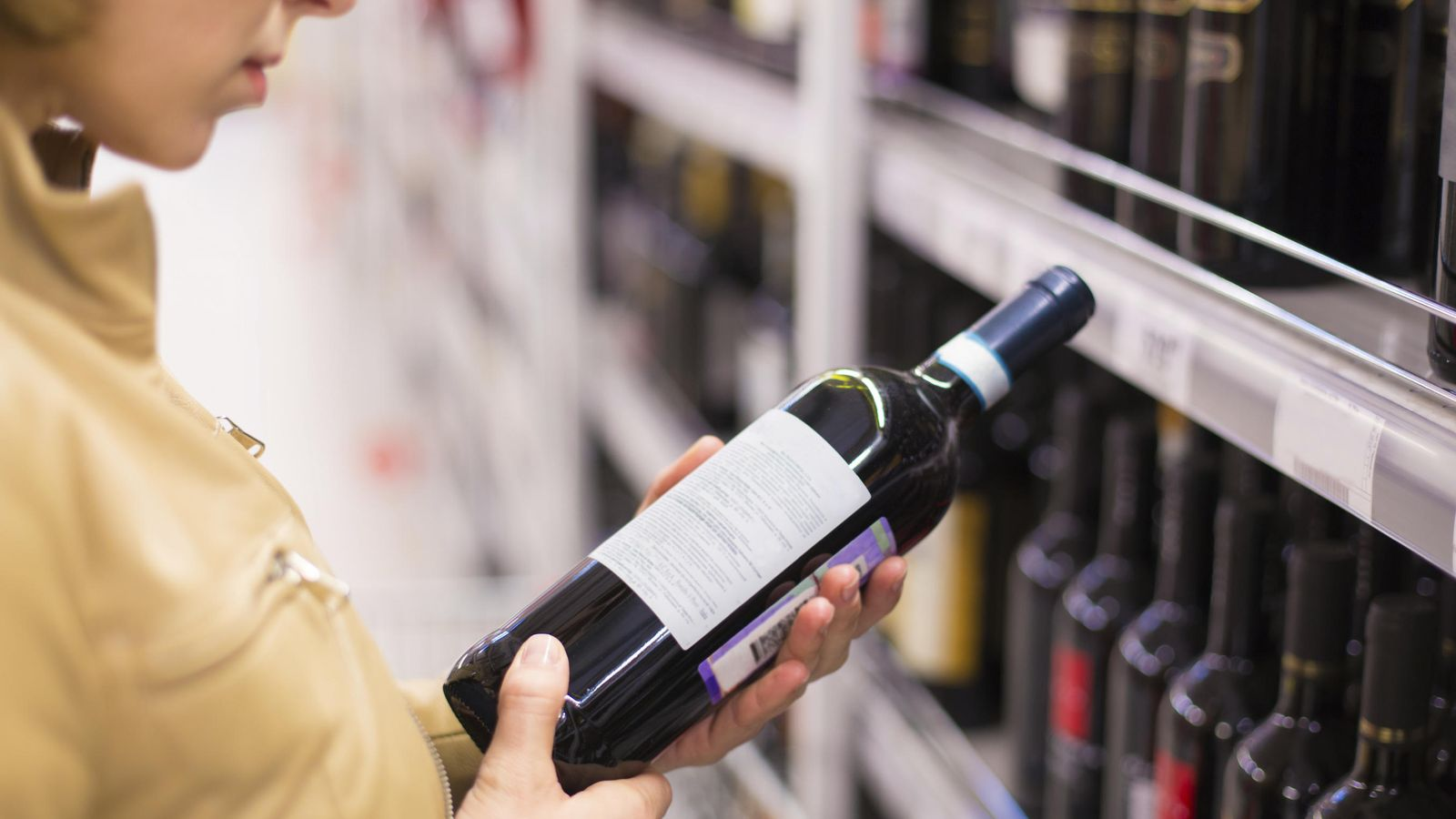 Foto: La etiqueta puede darnos muchas pistas sobre el vino, pero no es oro todo lo que reluce. (iStock)