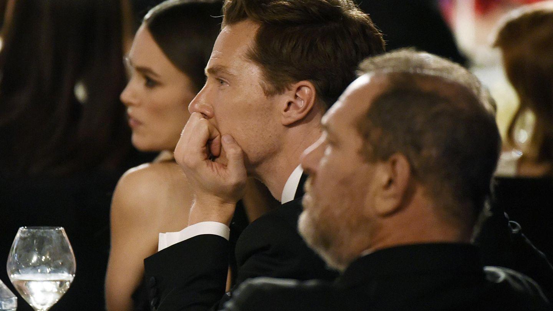 Keira, junto a Benedict Cumberbatch y Harvey Weinstein, productor de una de sus películas, 'Descifrando Enigma'. (Reuters)