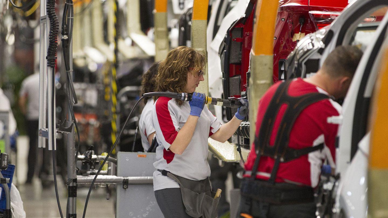 Trabajadores en una fábrica. (Reuters)