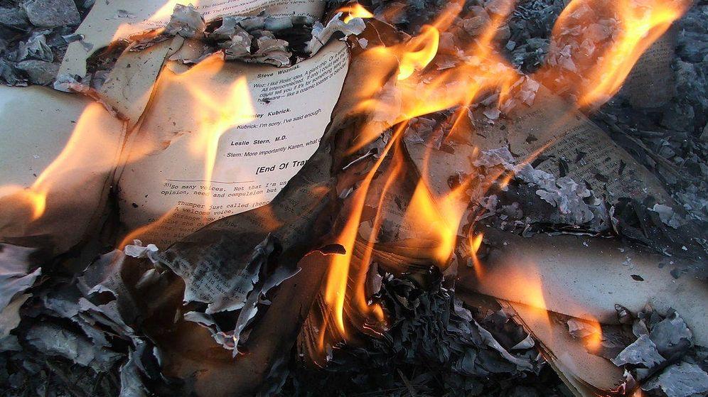 Foto: Papeles ardiendo (Wikimedia Commons)