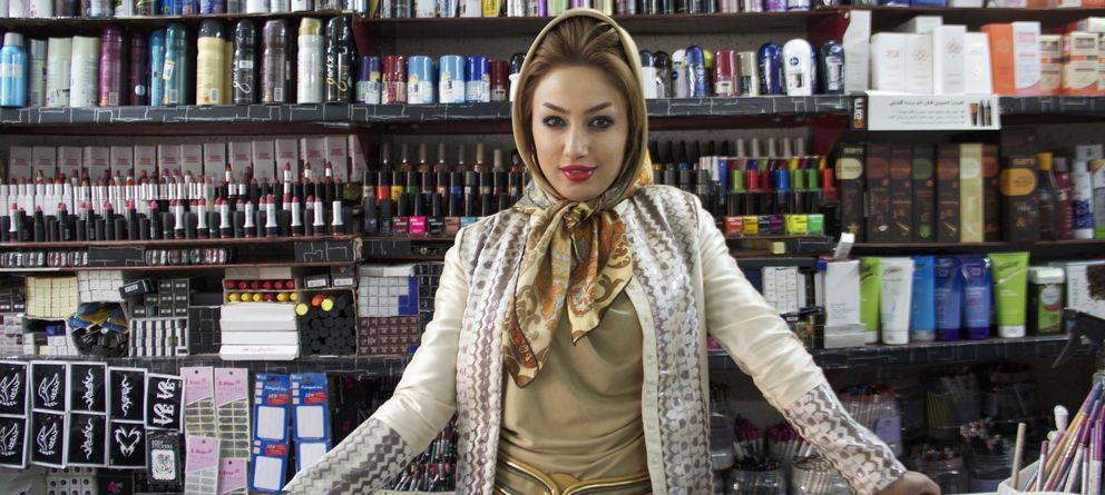 Foto: La dependienta de una tienda de productos de belleza en Teherán, capital de Irán (Pilar Cebrián).