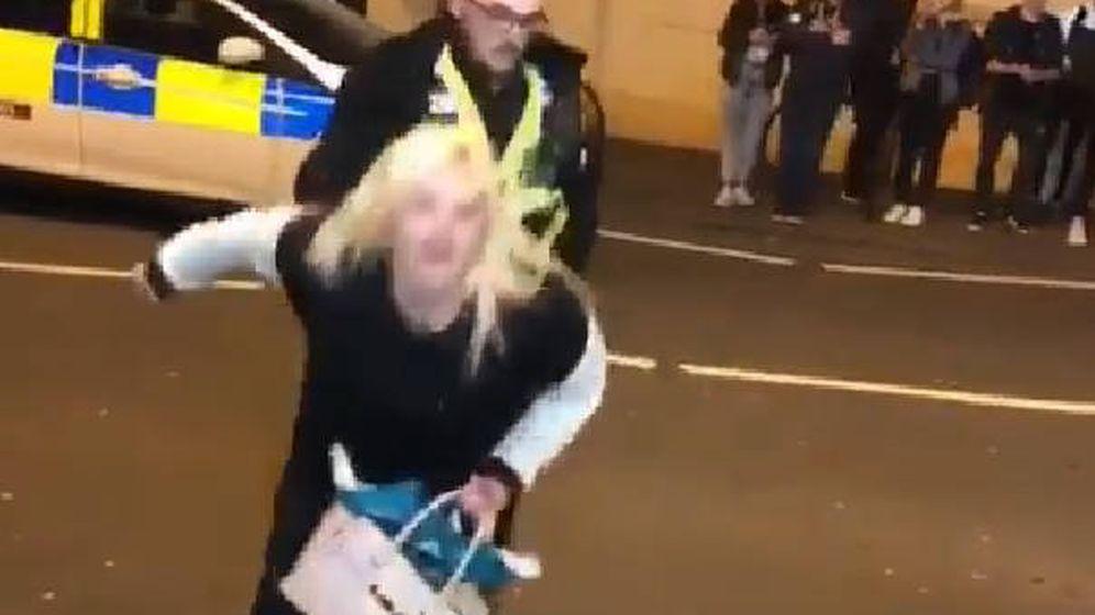 Foto: El policía apartó a la mujer cuando ésta se puso a hacer 'twerking' pegada a él (Foto: Facebook)