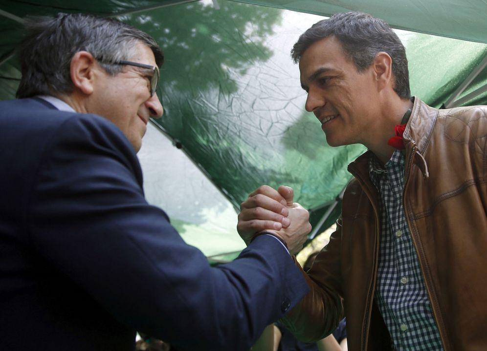 Foto: Patxi López y Pedro Sánchez se saludan en las Ramblas de Barcelona el día de Sant Jordi, el pasado 23 de abril. (EFE)