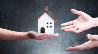 Quiero comprar la casa de mis padres, ¿de qué manera puedo pagar menos impuestos?