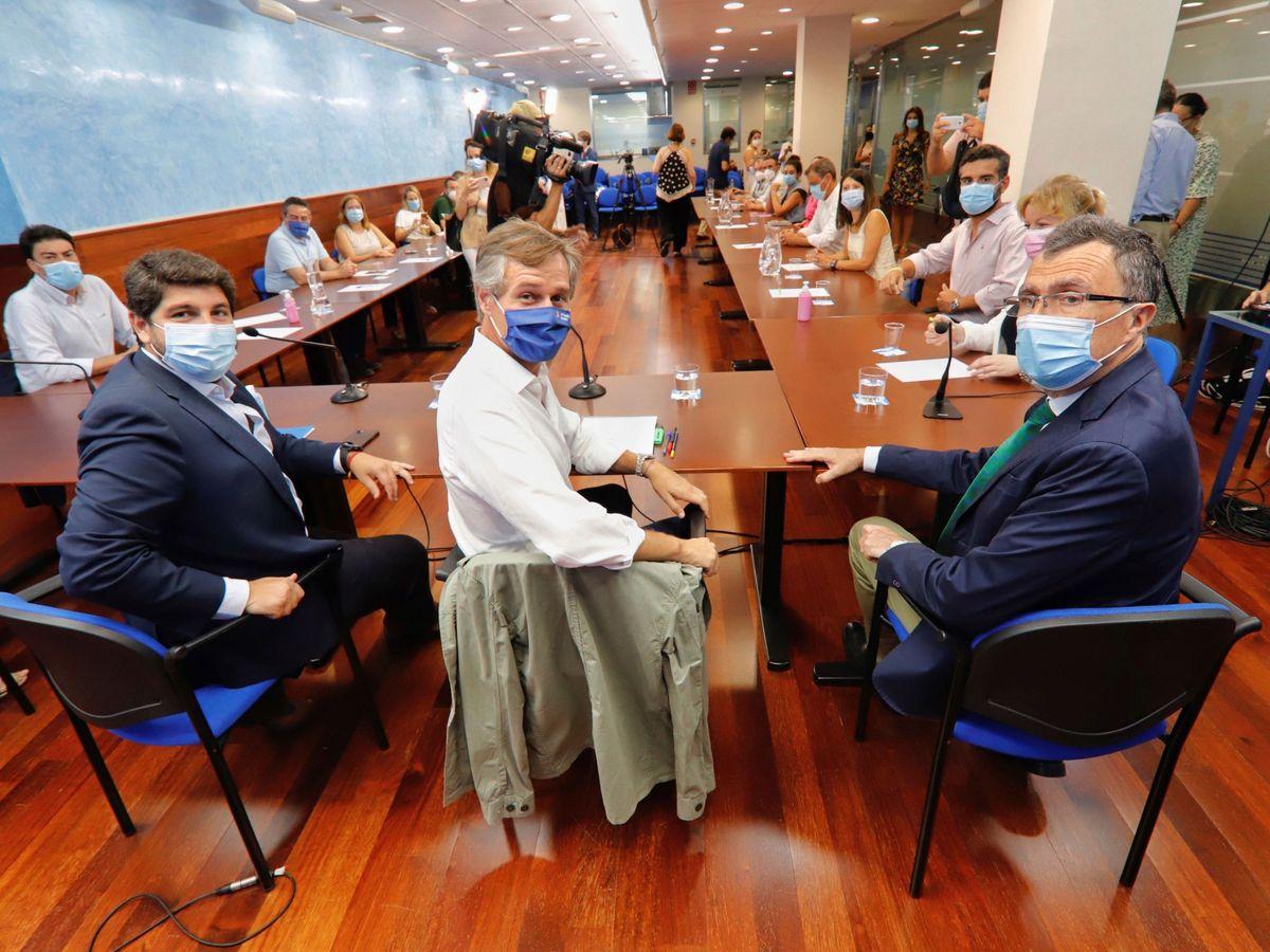 Foto: Imagen de la reunión, ayer en Murcia, contra el pacto de la FEMP. (EFE)