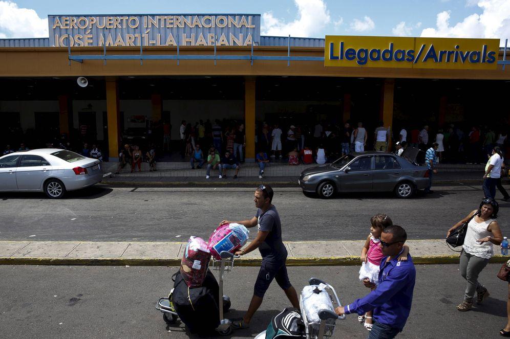 Foto: Pasajeros transportan paquetes a su llegada al aeropuero José Martí de La Habana, en septiembre de 2015. (Reuters)