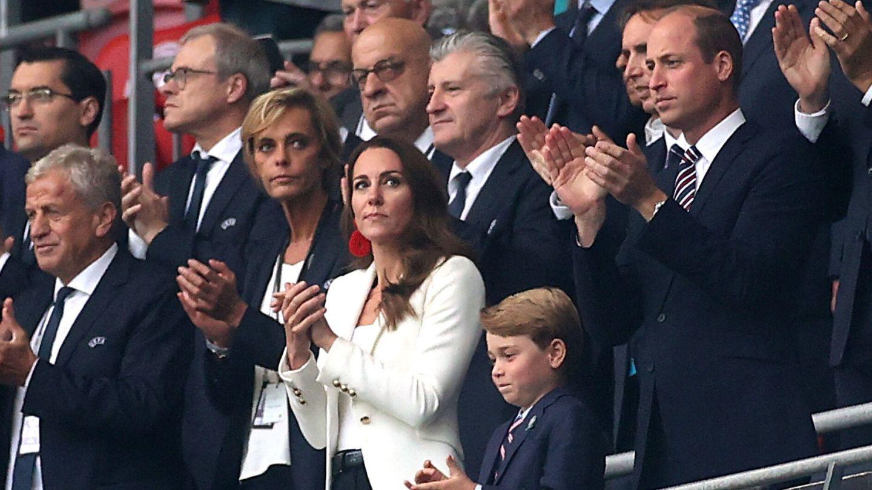 Los duques de Cambridge, con George en la Eurocopa. (EFE)