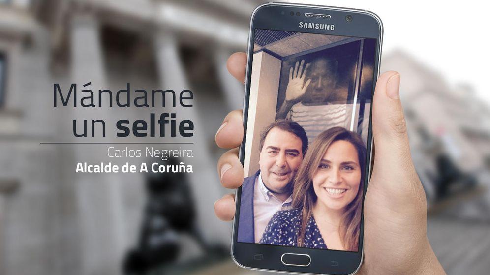 Foto: Carlos Negreira, con su hija Alba, delante de una imagen de Picasso. (EC)