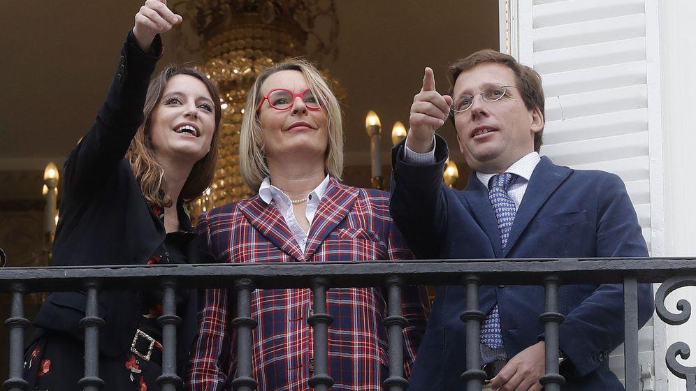 Foto: Andrea Levy, Natalia Menéndez, nueva directora del Español y el Matadero, y José Luis Martínez Almeida